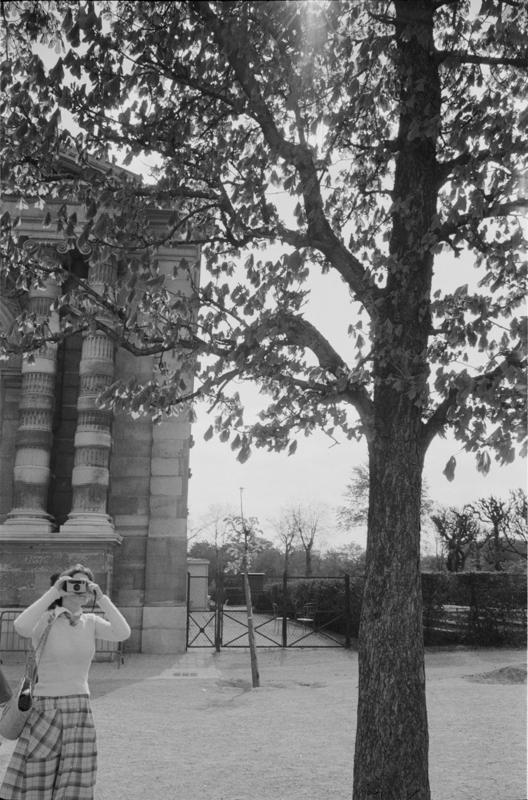 1979_Paris woman photographing.jpg