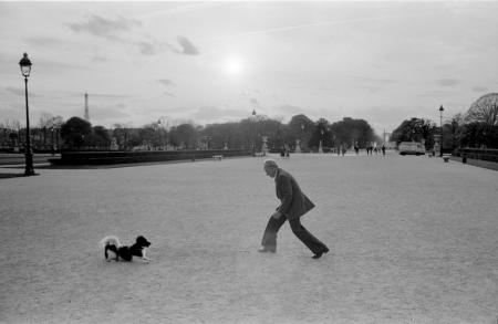 1979_Paris man plays with his dog.jpg