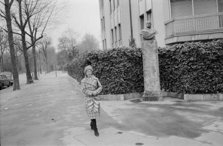 1979_Paris woman carring large leaf.jpg