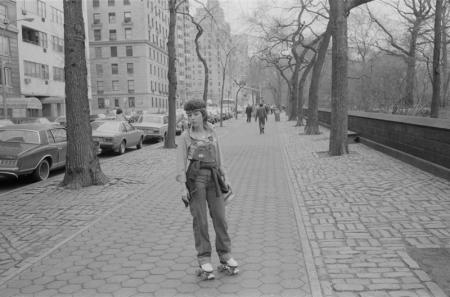 1981_076-26 NYC 5th Ave rollerskates.jpg